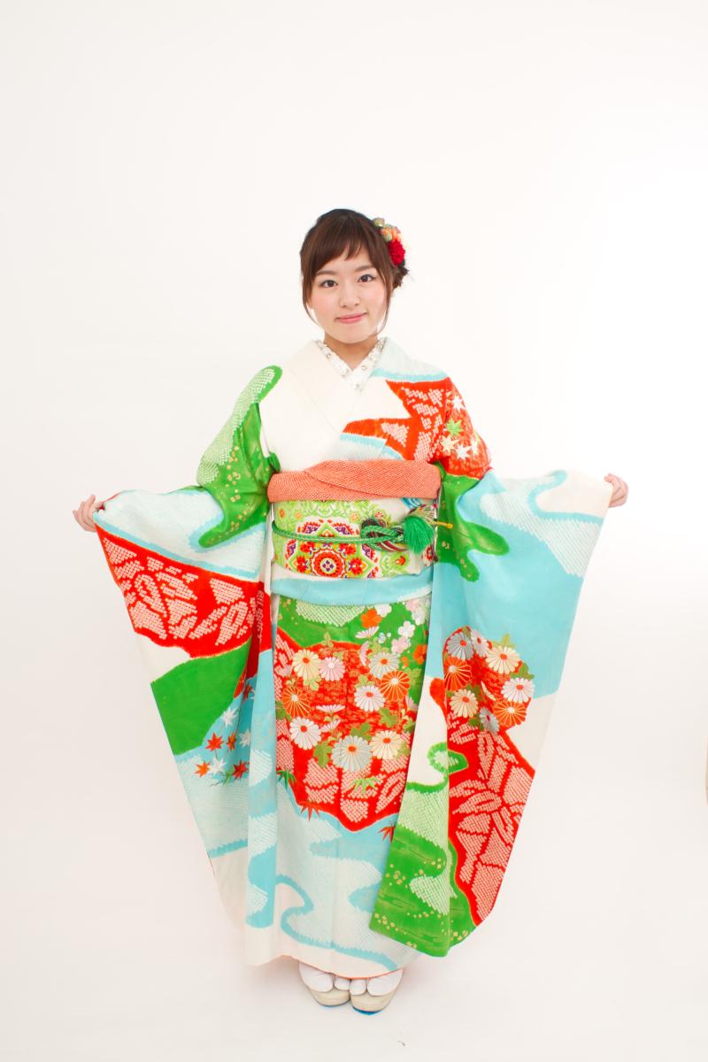 白地水色緑赤絞りに花と松刺繍振袖