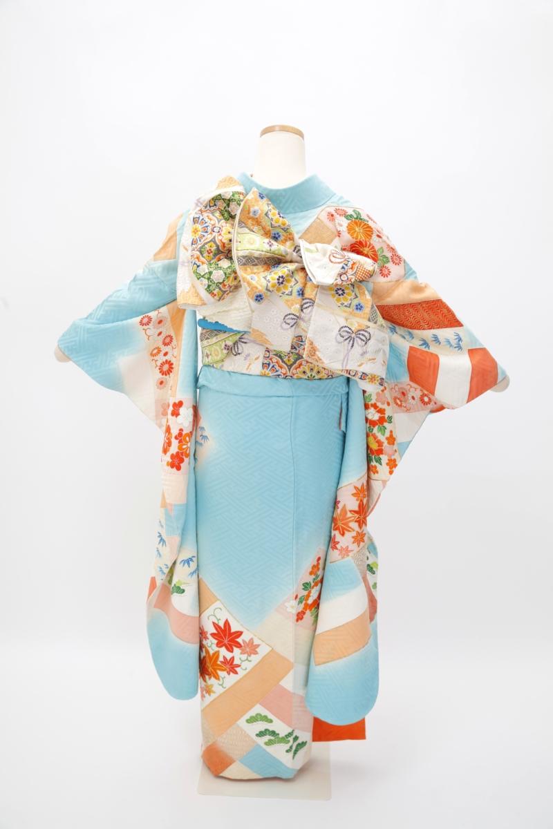 水色地大紗綾形に菊小花振袖