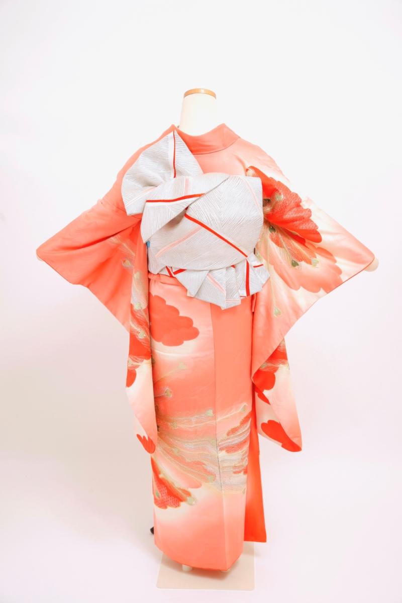 ピンク地刺繍の孔雀振袖