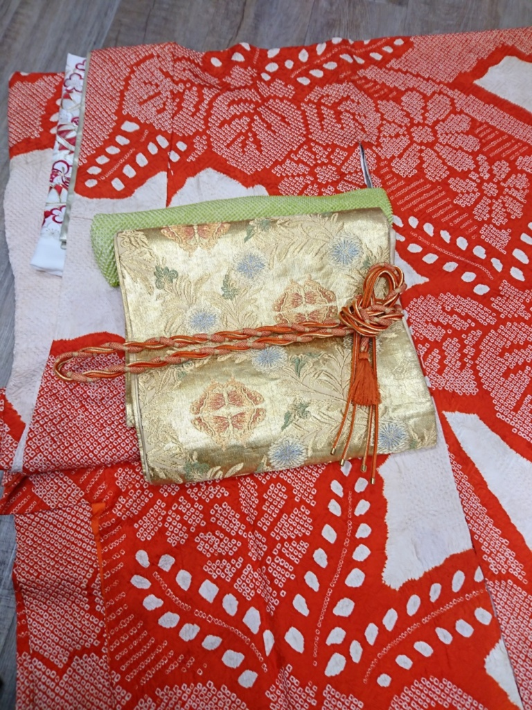 <レンタルきもの>結婚式へ・赤総絞り振袖コーディネート